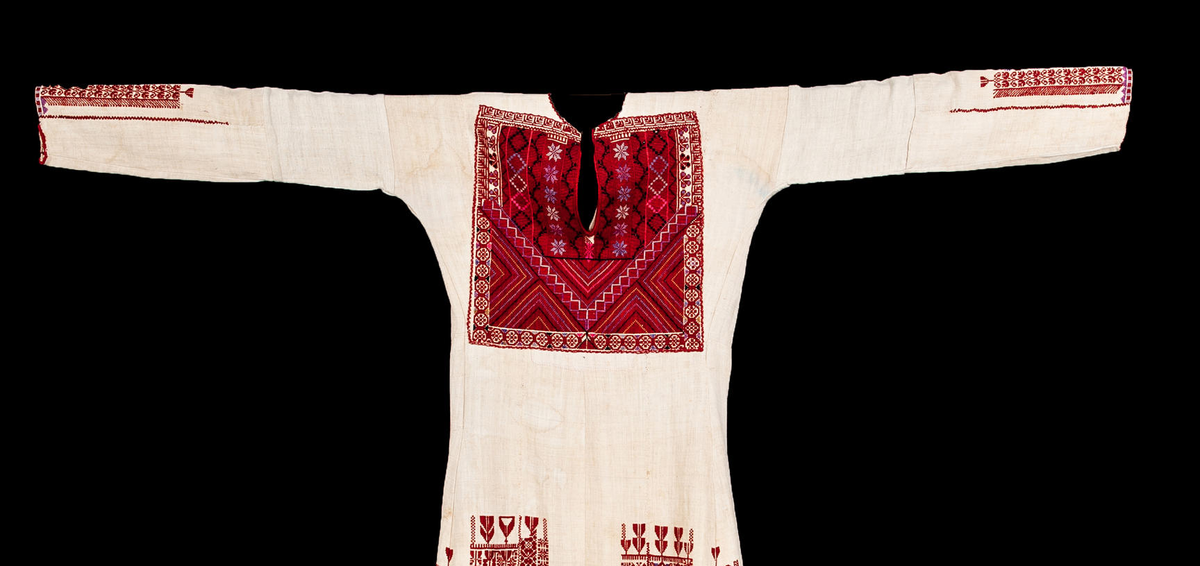 2018.37.19 – Traditional woman's dress ('thob') from Ramallah region, Palestine. Natural linen with hand embroidered decoration in silk. Donated by Jenny Balfour-Paul. Purchased by donor in Amman, Jordan in 1974. ©Pitt Rivers Museum