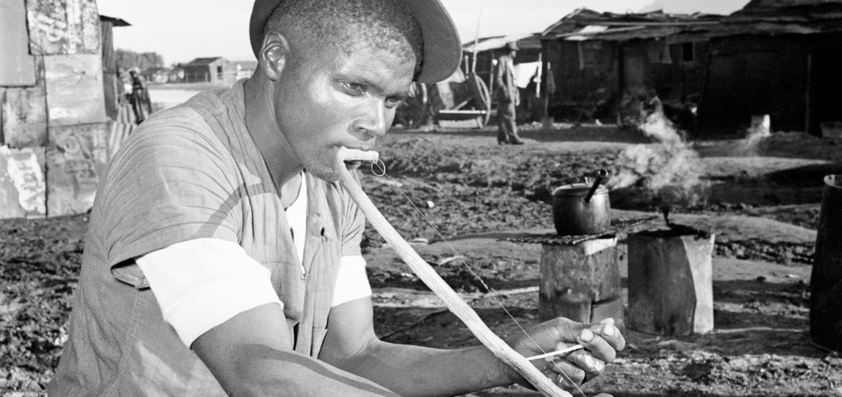 Bow player. Windermere, Cape Town, South Africa. Photograph by Bryan Heseltine. Circa 1949–1952. (Copyright Bryan Heseltine)