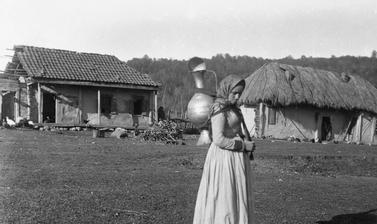 The niece of Hadji Maali, an Ingush leader, carrying a water jar. Photograph by John Baddeley. Muzhichi, Republic of Ingushetia, Russia. 8 October 1901.