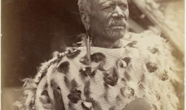 Portrait of Te Heuheu Tukino IV, chief of the Ngāti Tūwharetoa, a Māori tribe of the North Island. Photograph by Alfred Burton for the Burton Brothers studio (Dunedin). Tokaanu, North Island, New Zealand. Circa 1885.