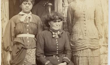 Portrait of Te Paea Hinerangi ('Guide Sophia') with her two nieces. Photograph by Alfred Burton for the Burton Brothers studio (Dunedin). Whakarewarewa, North Island, New Zealand. Circa 1887.