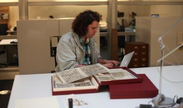 Christian Thompson working in the archive. (Copyright Pitt Rivers Museum, University of Oxford)