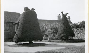 'Half-timbered and thatched houses, clipped yew trees on road from Oxford to Worcester' (typed caption). Photograph by Ingegärd Vallin. 1948.