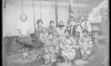 Women and children relaxing outside on a summer evening. (Copyright RD3 Project/Rikuzentakata City Museum)