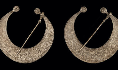 Two silver crescent moon pieces ofjewellery